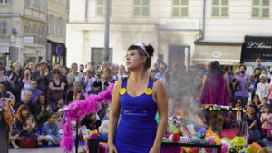 portrait de Raphaëlle BOUVIER, lors d'une performance en art de rue.