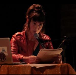 L'artiste Raphaëlle BOUVIER lisant un texte, dans le cadre de ses Lectures (z)électroniques
