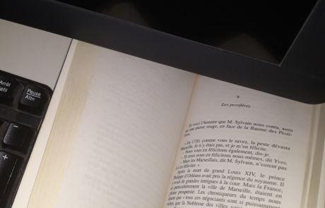 Le livre est sur mon bureau depuis plusieurs jours. Je redécouvre, quand le temps me le permet, cette œuvre de Pagnol, sublime : Les pestiférés.